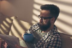 Läsa tidningarna fotografering för bildbyråer