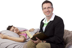 Läsa till den sjuka dottern Arkivbilder
