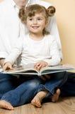 läsa tillsammans Fotografering för Bildbyråer