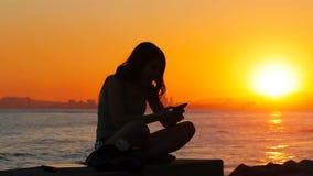 Läsande bra online-nyheterna för upphetsad student på solnedgången stock video