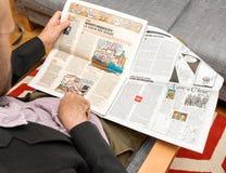 Läsande Charlie Hebdo Arendt Heidigger för man skandal royaltyfri foto