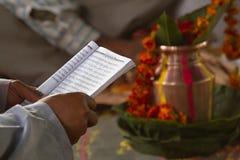 Läsande hinduisk mantra för brahman i Barrdia, Nepal royaltyfri bild