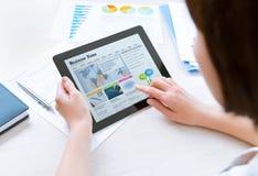 Läsande senast nyheterna för affärskvinna Fotografering för Bildbyråer