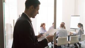 Läsande skrivbordsarbete för bekymrad manlig presentatör för presentation arkivfoto