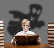Läsande spöklika sagor för pojke Royaltyfri Foto