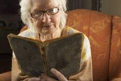 Läsebok för äldre kvinna Arkivbilder