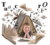 Läsebok för skolapojke med bokstäver Arkivbild