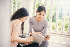 Läsebok för två asiatisk flickor tillsammans books isolerat gammalt för begrepp utbildning Royaltyfri Fotografi