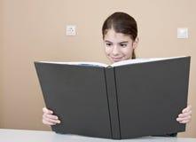 Läsebok för ung kvinna Royaltyfri Foto