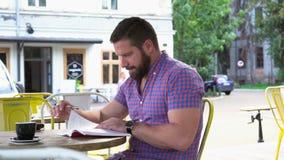 Läseboken för den unga mannen i kafét, glidare sköt rätt arkivfilmer