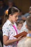 Läser bönen Arkivbild