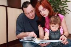 läser den små modern för bokdotterfadern royaltyfria bilder
