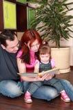 läser den små modern för bokdotterfadern arkivbilder