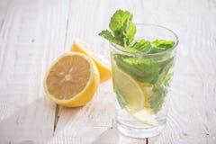 Läsk med citronen, is och mintkaramellen Arkivfoto