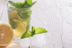 Läsk med citronen, is och mintkaramellen Fotografering för Bildbyråer
