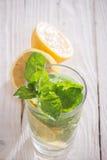 Läsk med citronen, is och mintkaramellen Arkivbilder
