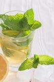 Läsk med citronen, is och mintkaramellen Royaltyfria Foton