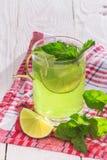 Läsk med limefrukt, is och mintkaramellen Arkivfoto
