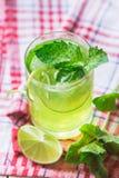 Läsk med limefrukt, is och mintkaramellen Fotografering för Bildbyråer
