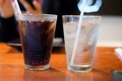 Läsk- och isvatten i exponeringsglas Royaltyfria Bilder