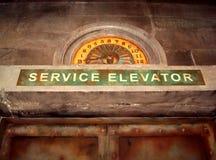 Läskig övergiven tjänste- hiss arkivbilder