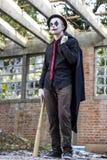 Läskig clown med baseballslagträet Arkivfoton