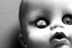 läskig docka arkivfoton