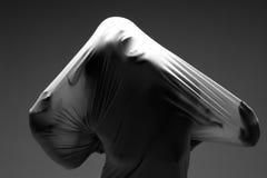 Läskig fasabild av en kvinna som fångas i tyg Arkivfoton