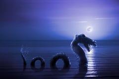 Läskig fjord Ness Monster som dyker upp från vatten Arkivbild