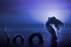 Läskig fjord Ness Monster som dyker upp från vatten Royaltyfri Fotografi