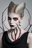 Läskig flicka med blodig kroppkonst arkivfoton