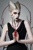 Läskig flicka med blodig kroppkonst royaltyfria bilder