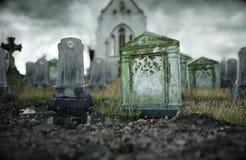 Läskig gammal kyrkogård kyrka på grav för den grymma säger miniatyrreaperen halloween för kalenderbegreppsdatumet lyckliga holdin Royaltyfria Bilder