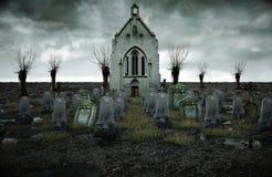 Läskig gammal kyrkogård kyrka på grav för den grymma säger miniatyrreaperen halloween för kalenderbegreppsdatumet lyckliga holdin fotografering för bildbyråer