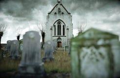 Läskig gammal kyrkogård kyrka på grav för den grymma säger miniatyrreaperen halloween för kalenderbegreppsdatumet lyckliga holdin Arkivbild