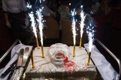 Läskig halloween kaka med fyrverkeristearinljus royaltyfri fotografi