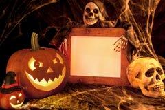 Läskig halloween pumpa, skalle och spöken med det tomma tecknet Royaltyfri Bild