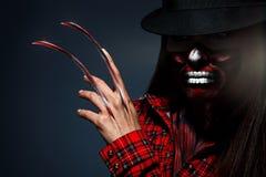 Läskig halloween stående av kvinnlign med knivar i hand Arkivbilder