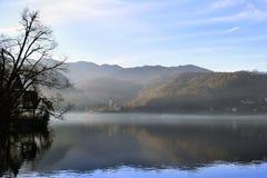 Läskig herrgård på sjön Royaltyfri Bild
