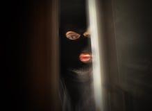 Läskig inbrottstjuv som bryter i hus Fotografering för Bildbyråer