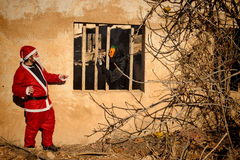 Läskig jultomten för allhelgonaaftonmonster kontra royaltyfri foto