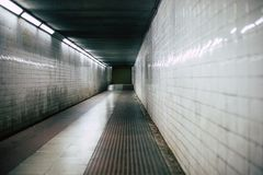 Läskig korridor för mörk halltunnel fotografering för bildbyråer