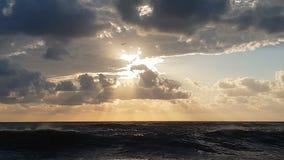 Läskig kust med stormiga vågor i Blacket Sea i en mörk dag i slo-mo stock video