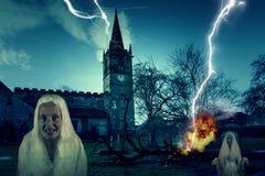 Läskig kyrklig kyrkogård med blixt och spöken Royaltyfria Foton