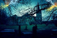 Läskig kyrklig kyrkogård med blixtslag Arkivbilder