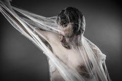 Läskig network.man trasslade till i enorm vit spindelrengöringsduk Royaltyfria Bilder