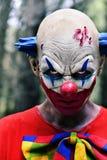 Läskig ond clown i träna Arkivbild