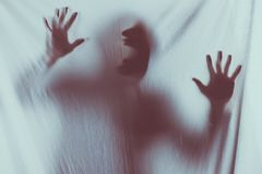 läskig oskarp kontur av oigenkännligt skrika för person arkivbild