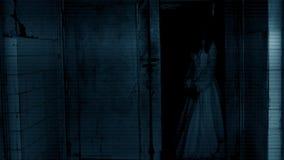 läskig platskvinna för fasa stock video