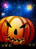 Läskig pumpa i den Halloween natten. Arkivfoto